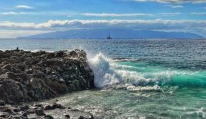 Волны пляжа Playa de la Arena