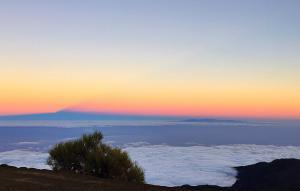 Море облаков и тень от вулкана Тейде
